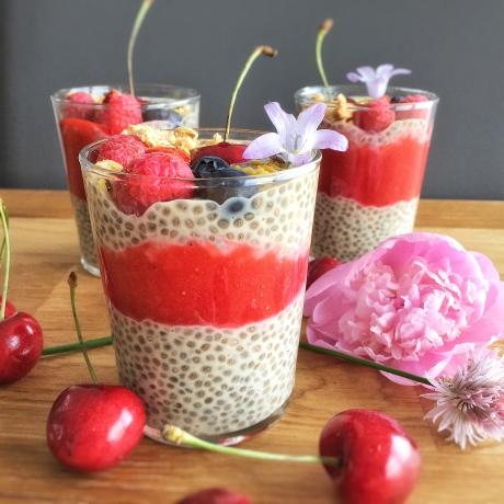 Chia pudding vanille, coulis de fraises et fruits rouges